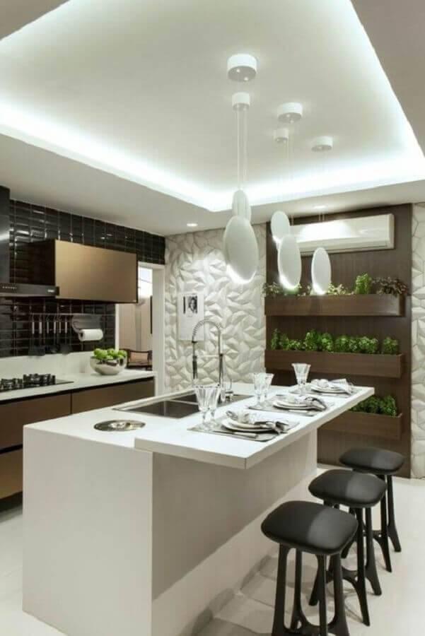 cozinha com ilha com pia decorada com revestimento 3d  Foto Archzine