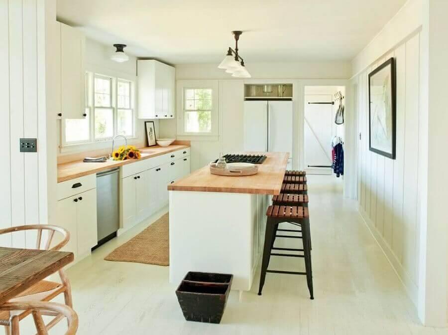 cozinha com ilha pequena e bancada de madeira  Foto Decoviel