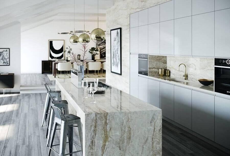 cozinha completa grande com ilha de mármore e armário branco Foto Cosentino