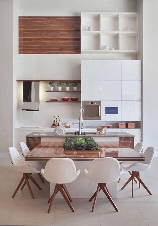 cozinha conceito aberto com ilha decorada com armários brancos e detalhes em madeira Foto Decora Gi