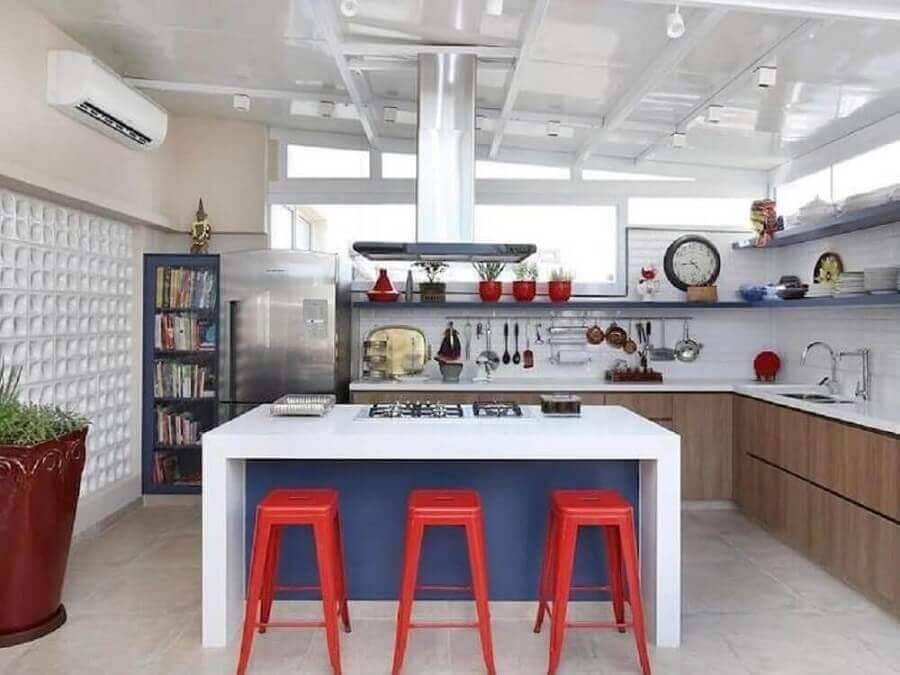 cozinha conceito aberto com ilha e cooktop decorada com banquetas vermelhas Foto Webcomunica