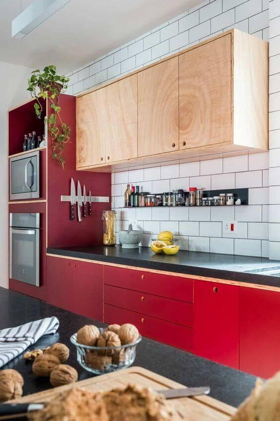 Cozinha cor vermelha com balcão de apoio preto