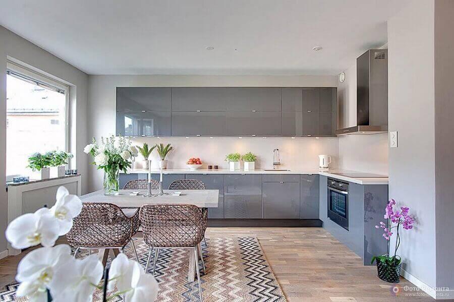 cozinha em conceito aberto com armários cinza planejado Foto Casa Novah
