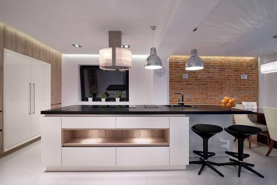 cozinha em conceito aberto moderna decorada com parede de tijolinho Foto Frias Neto