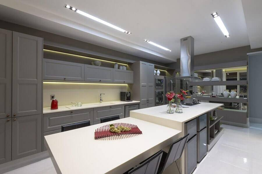 cozinha grande cinza e branca Foto Mariela Uzan