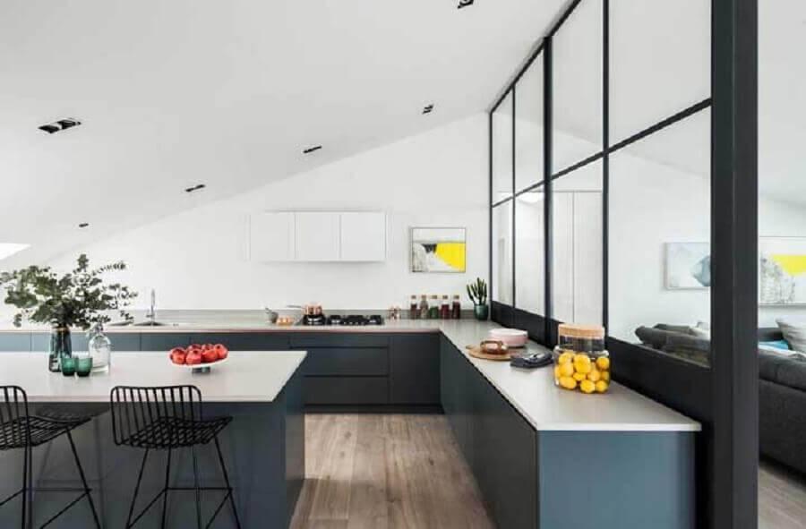 cozinha grande com armários planejados Foto ArchDaily