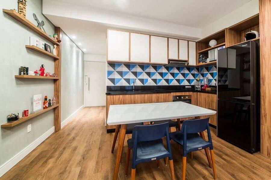 cozinha grande decorada com revestimento colorido e armário de madeira Foto Jessica Alavaski