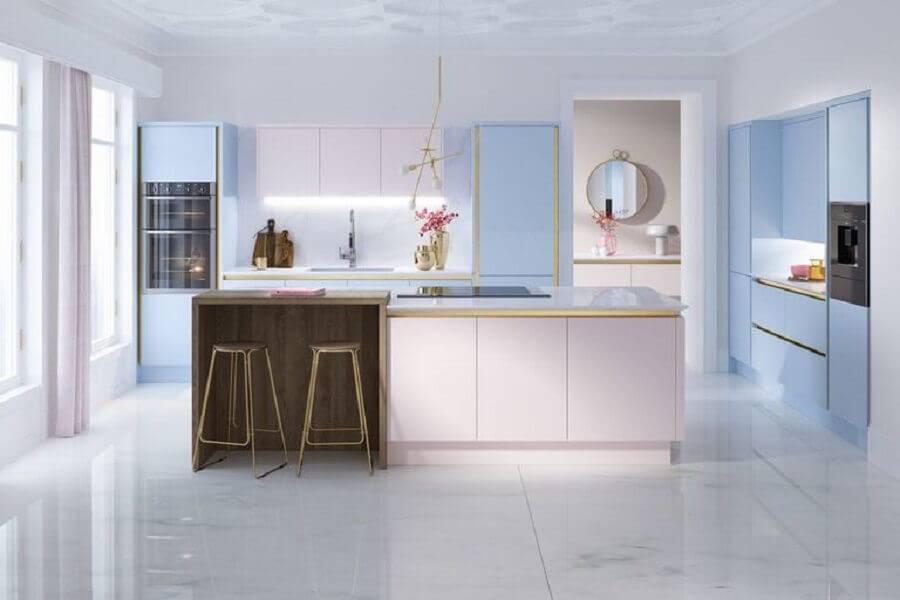 cozinha grande decorada em tons pasteis Foto HomeInCube