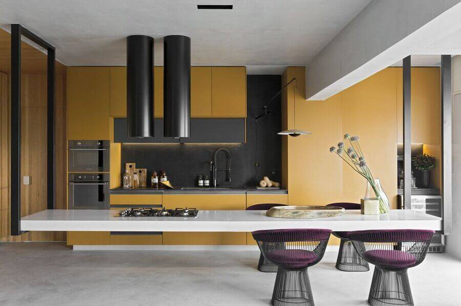 cozinha grande moderna com armários amarelos e acabamento em cimento queimado Foto Diego Revollo