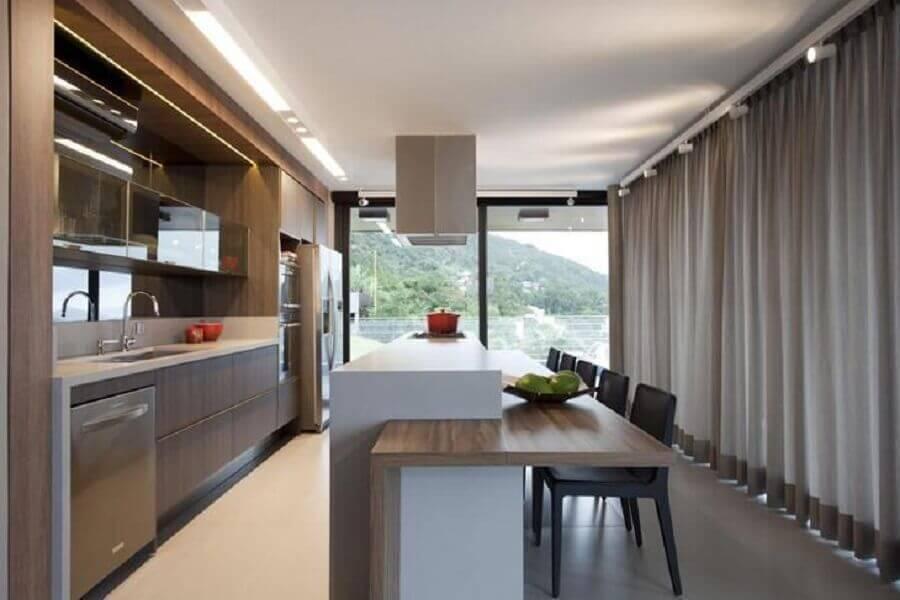 cozinha grande planejada com ilha com bancada de madeira Foto Juliana Pippi