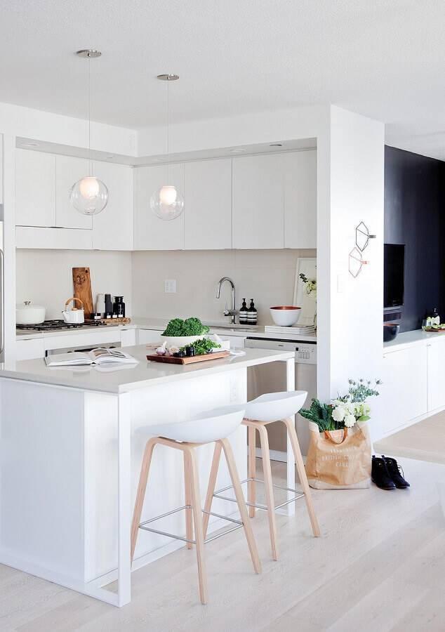 cozinha pequena com ilha toda branca  Foto YVR4sale