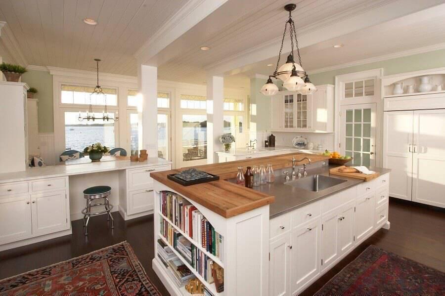 cozinha planejada com ilha com prateleiras e bancada de madeira Foto Decoredo