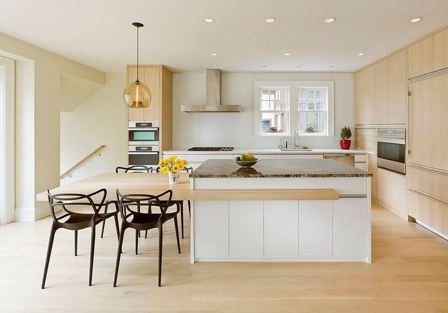 cozinha planejada com ilha e acabamento em madeira  Foto Pinterest