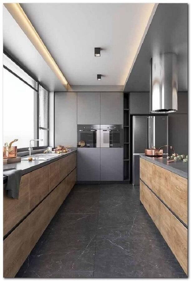 cozinha planejada grande cinza com armário de madeira Foto Pinterest