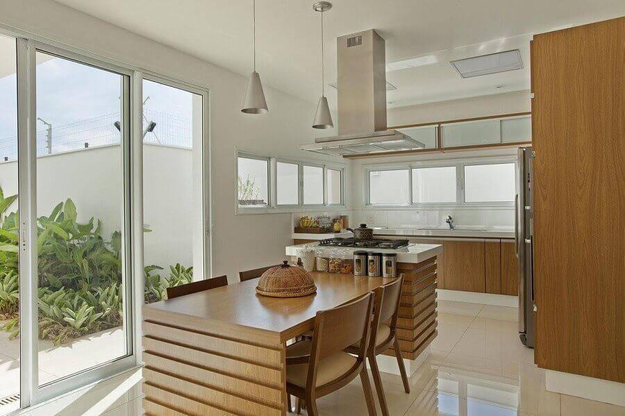 cozinha planejada grande com armários de madeira e porta de vidro Foto Aquiles Nicolas Kílaris