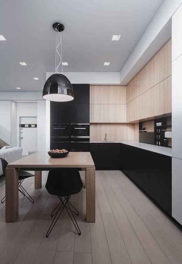 cozinha planejada grande com armários de madeira e pretos Foto Pinterest