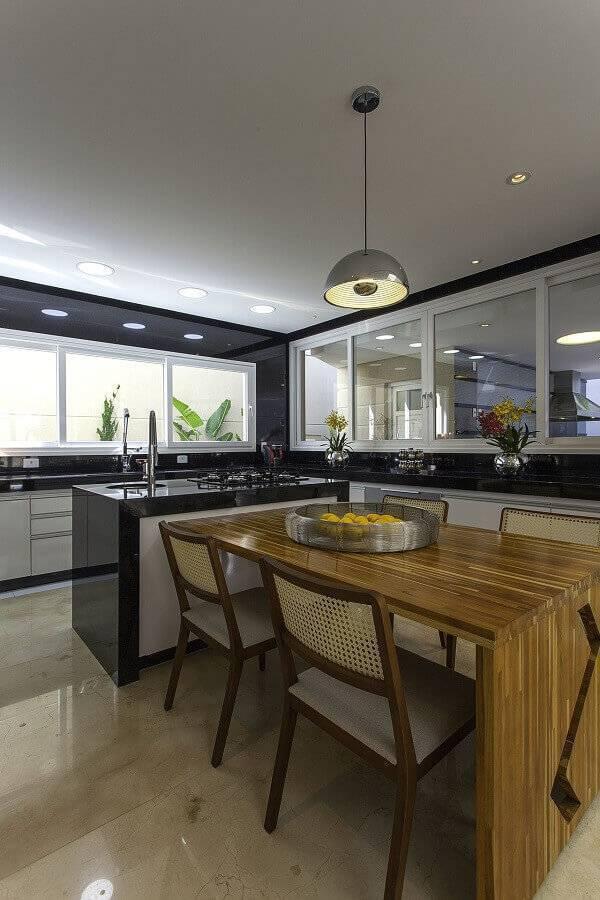 cozinha planejada grande com ilha e mesa de madeira Foto Iara Kilaris