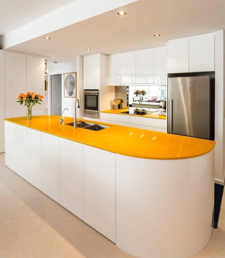 cozinha planejada grande toda branca com bancada amarela Foto Pinterest