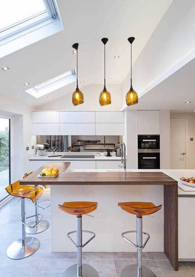 cozinha planejada grande toda branca com bancada de madeira Foto JERA Arquitetura e Engenharia
