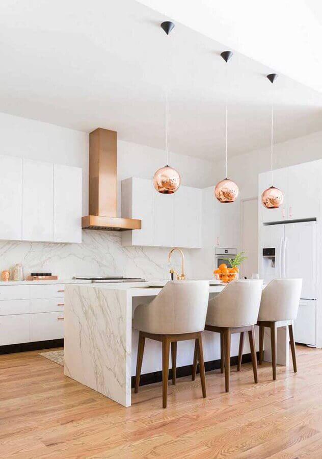 cozinha planejada grande toda branca com detalhes em rose gold Foto Pinterest