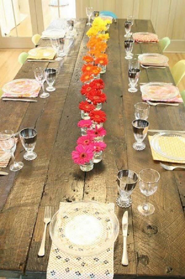 Forme um lindo arranjo de mesa com flores de gérbera em diferentes tonalidades