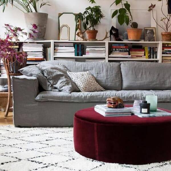 O puff gigante vinho serve de mesa de centro na sala de estar