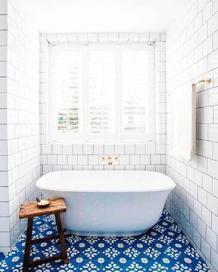 decoração banheiro azul e branco com piso antigo Foto So Decor
