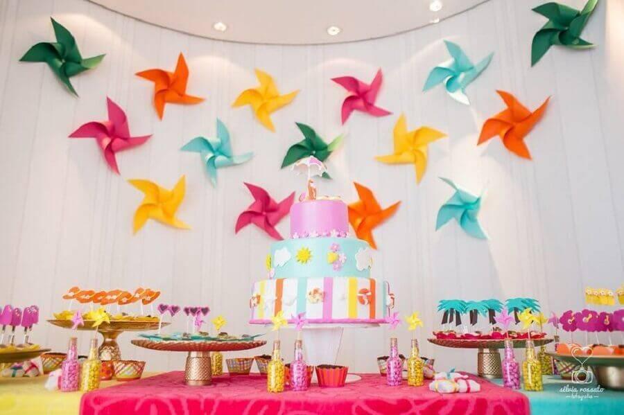 decoração colorida para mesa de aniversário com tema catavento Foto Silvia Rossato