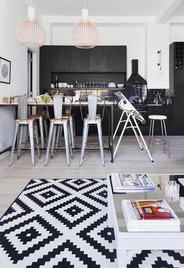 decoração com armários planejados pretos para cozinha conceito aberto Foto Pinterest