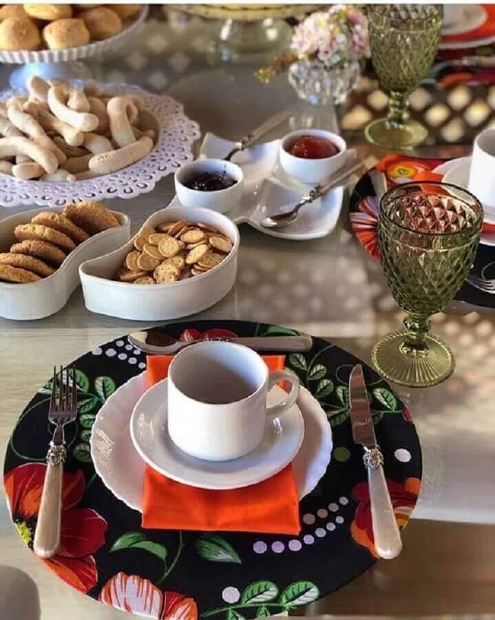 decoração com sousplat colorido para mesa de café da manhã Foto Style Me Pretty