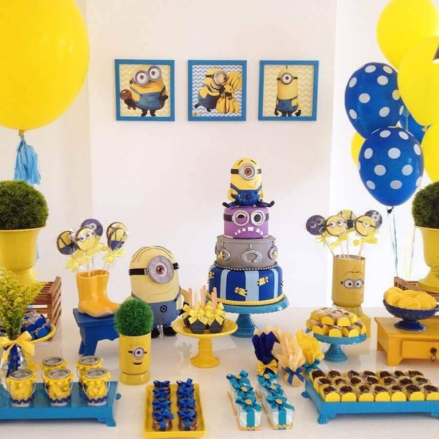 decoração em azul e amarelo para mesa de festa de aniversário dos minions  Foto Pinterest