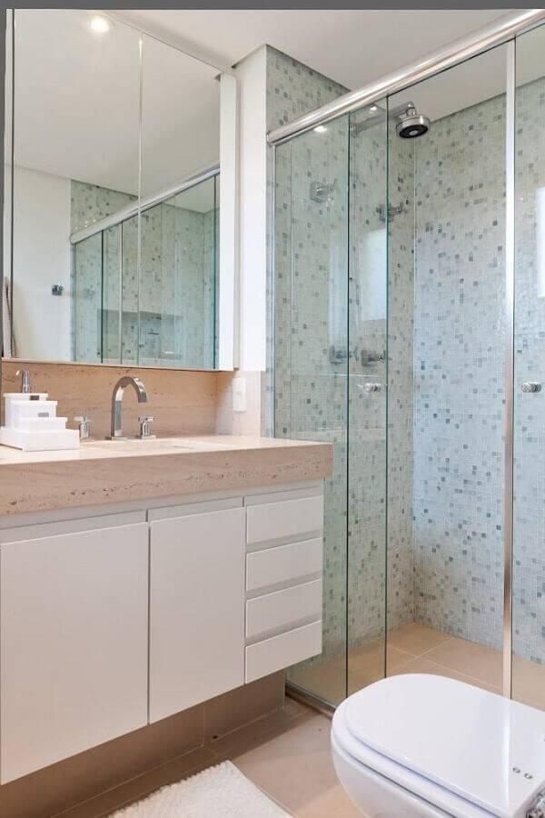 decoração em tons neutros e com pastilhas verdes para banheiro pequeno planejado Foto Lucila Bertoncello