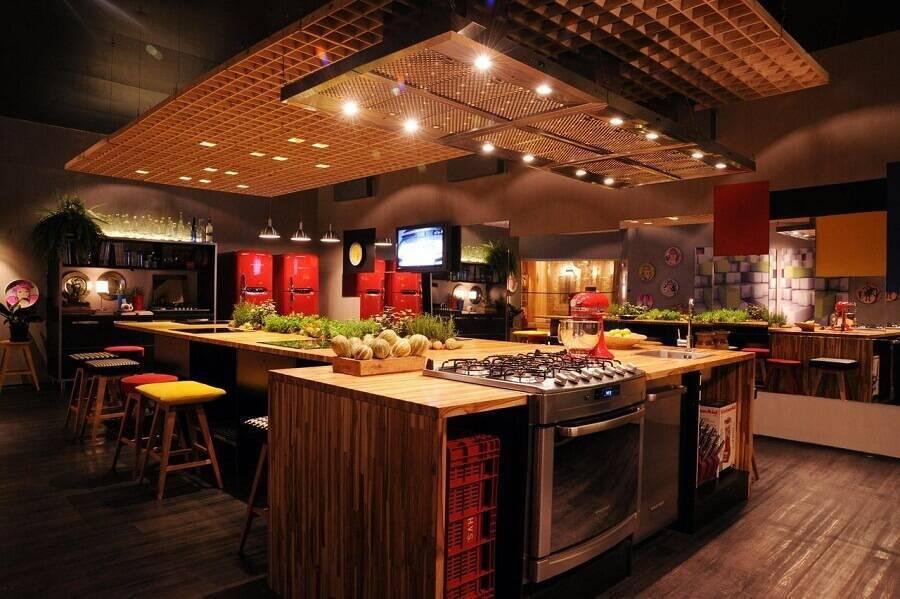 decoração industrial para cozinha grande com bancada de madeira Foto Cristina Bozian