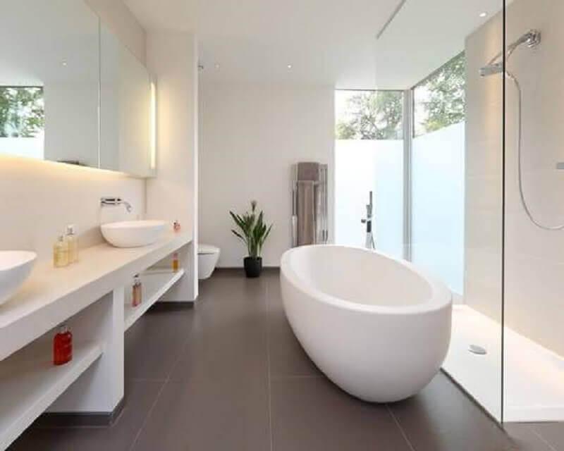 decoração minimalista para banheiro branco com banheira Foto Pinterest