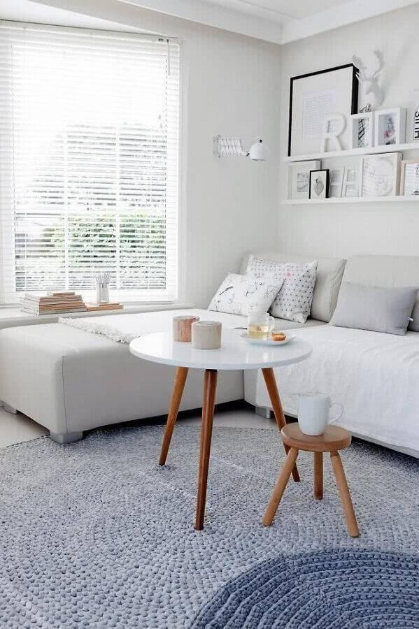 decoração minimalista para sala com mesa de apoio redonda Foto Archzine