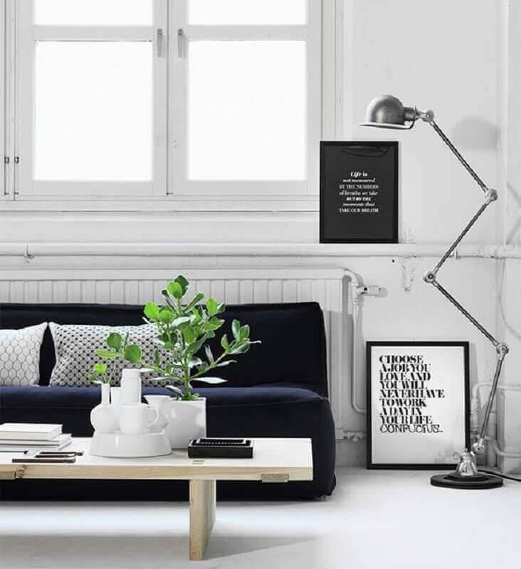 decoração minimalista para sala com sofá sem braço Foto Romy's Daily