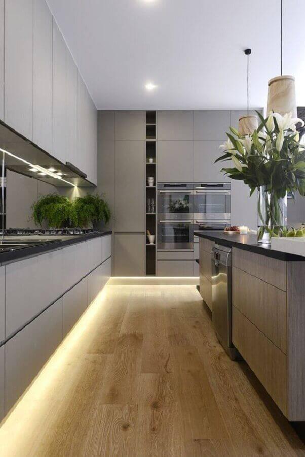 decoração moderna para cozinha grande com iluminação de led e armários cinza Foto Revista VD