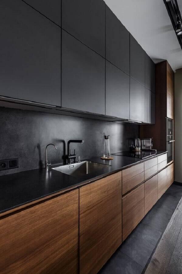decoração moderna para cozinha grande preta e com armário inferior de madeira Foto Revista VD