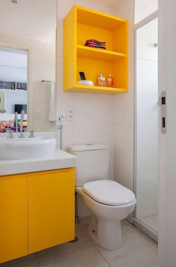 decoração para banheiro pequeno planejado branco e amarelo Foto Revista VD