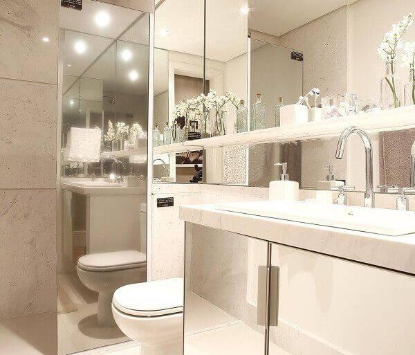 decoração para banheiro pequeno planejado com gabinete espelhado Foto Marel - Grupo Factory