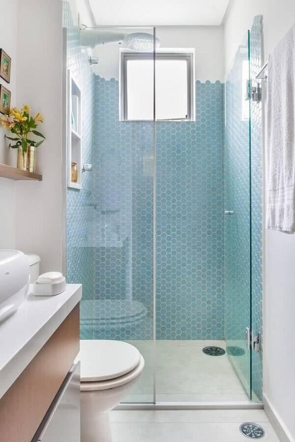 decoração para banheiro pequeno planejado com pastilhas hexagonais azuis Foto Revista VD