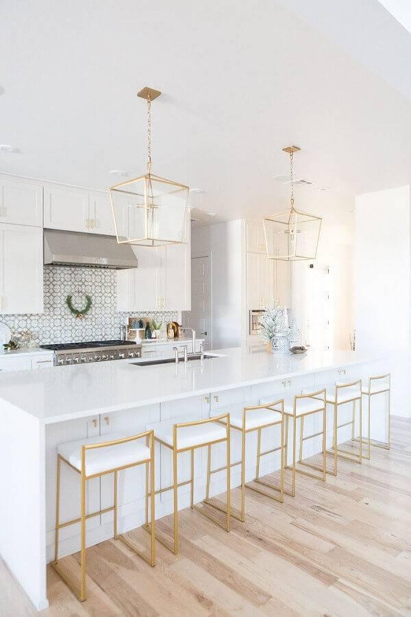 decoração para cozinha completa grande toda branca com banquetas e luminárias com acabamento dourado Foto Pinterest