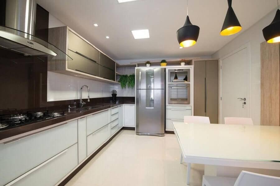 decoração para cozinha grande com bancada de madeira e pendente preto Foto Actual Design
