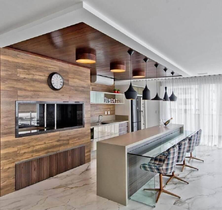 decoração para cozinha grande gourmet com pendente preto e churrasqueira Foto Espaço do Traço