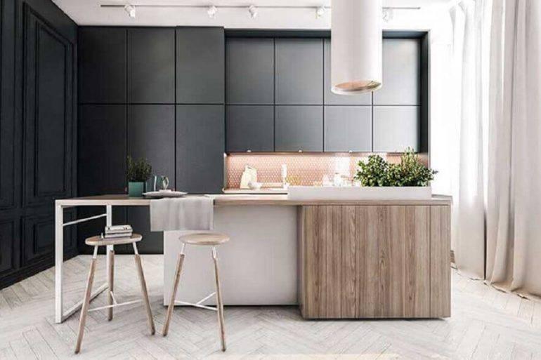 decoração para cozinha planejada com armários pretos e ilha branca com detalhes em madeira Foto Tecniconstroi