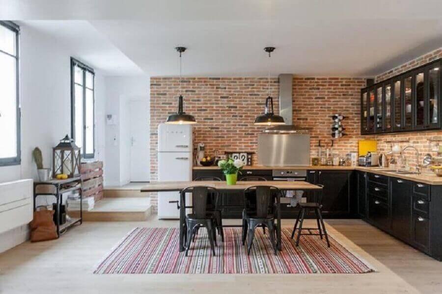 decoração rústica para cozinha grande com armários pretos e parede de tijolinho Foto Fort & Salier