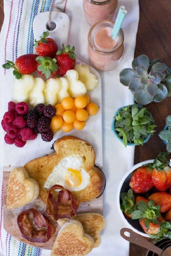 decoração simples para mesa de café da manhã com frutas Foto Danielle Noce