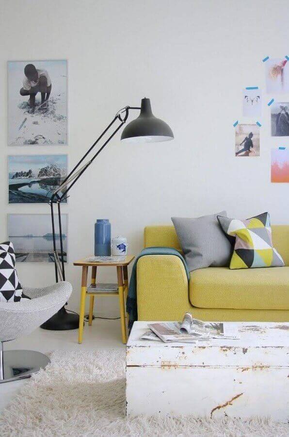decoração simples para sala com mesa de apoio para sofá amarelo Foto Casa de Valentina