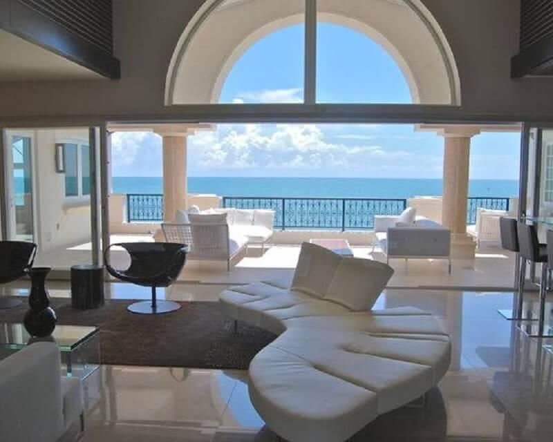 decoração sofisticada com sofá sem braço moderno branco Foto HappyModern