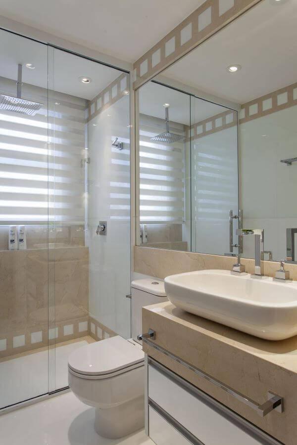 Banheiro simples em mármore com cores neutras